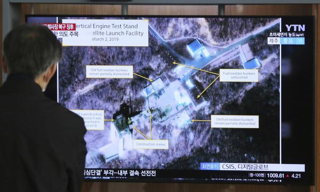 北韓8日宣布,7日在西海衛星發射場成功進行測試。圖為今年3月,首爾火車站電視播出西海衛星發射場的影像。(美聯社)