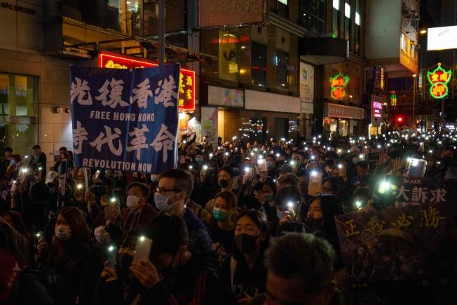 香港在8日舉行「國際人權日遊行」。港府表示,這場遊行過程大致和平有序,但「仍有暴力及違法行為出現」。(Getty Images)