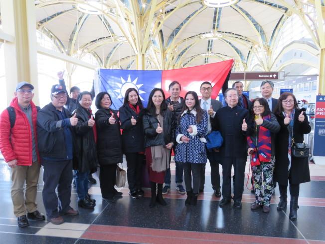 國民黨總統候選人韓國瑜妻子李佳芬(中)代夫訪美拜會僑胞,8日從華府搭機赴紐約,約20名大華府地區僑胞送機。華盛頓記者張加/攝影
