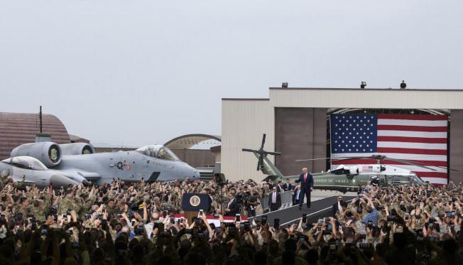 圖為今年中川普在南韓烏山基地跟美軍和他們家人發表談話情形。(美聯社)