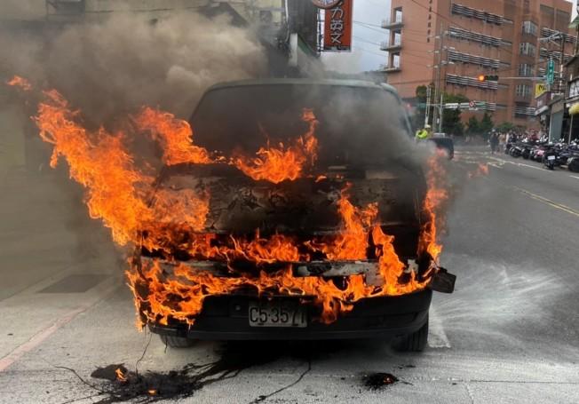 基隆市昨天下午發生一起火燒車事故,十分驚人。圖/ 基隆消防局提供