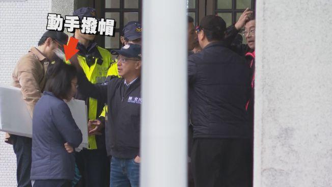 國民黨多名立委昨天赴外交部抗議,警方蒐證立委陳宜民推擠保六總隊陳姓女警務員,將依妨害公務罪嫌函送法辦,但陳宜民喊冤說他是太生氣動作比較大,沒有動粗。記者徐宇威後製