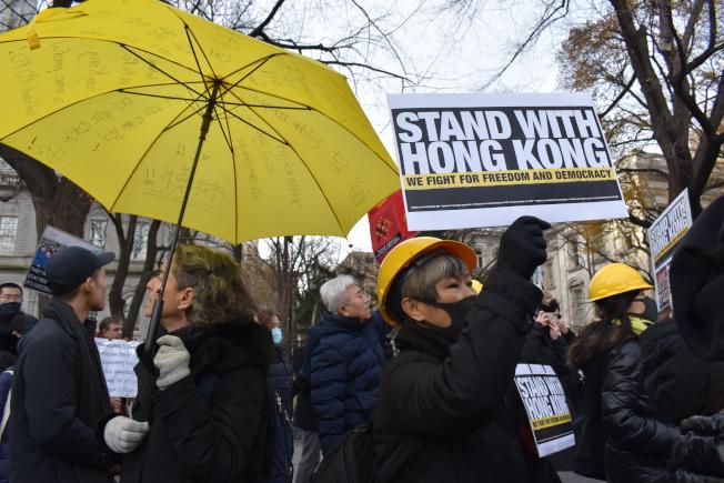 參加者手持黃傘、頭戴安全帽,表示對香港民眾的支持。(記者顏嘉瑩/攝影)