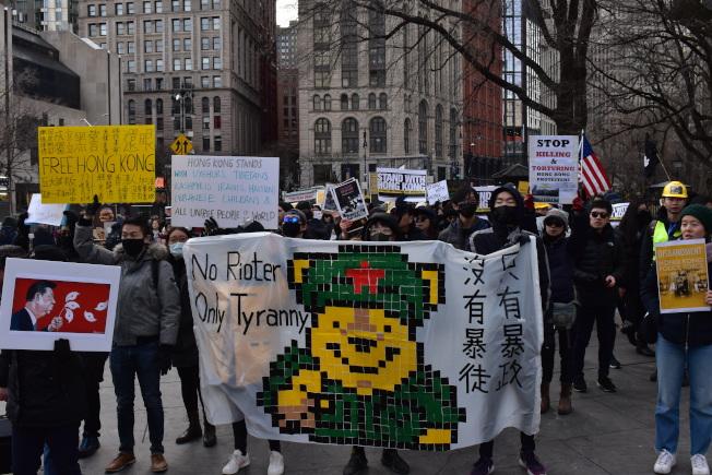 參加者手做標語和抗議牌子。(記者顏嘉瑩/攝影)