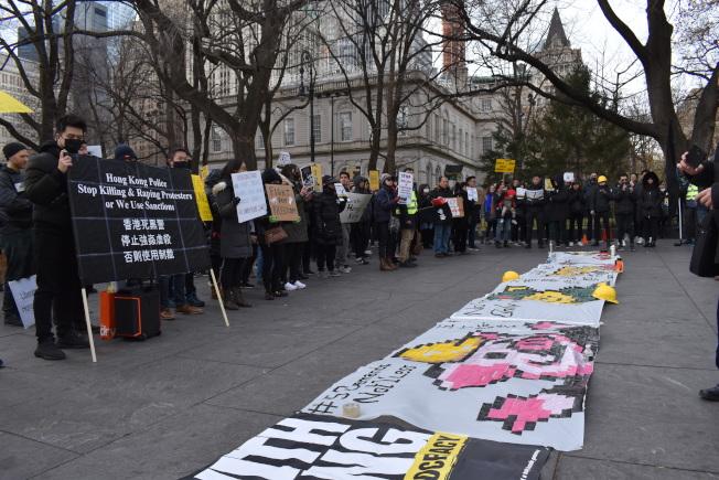 挺港遊行民眾在市議會前尋求國際社會支持。(記者顏嘉瑩/攝影)
