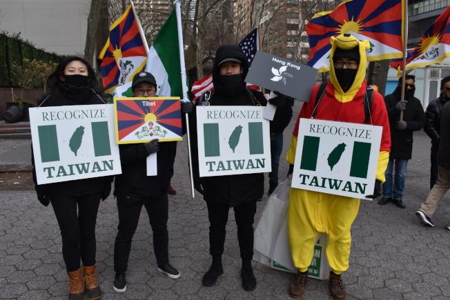 遊行者在聯合國總部前廣場手持標語支持台灣。(記者顏嘉瑩/攝影)