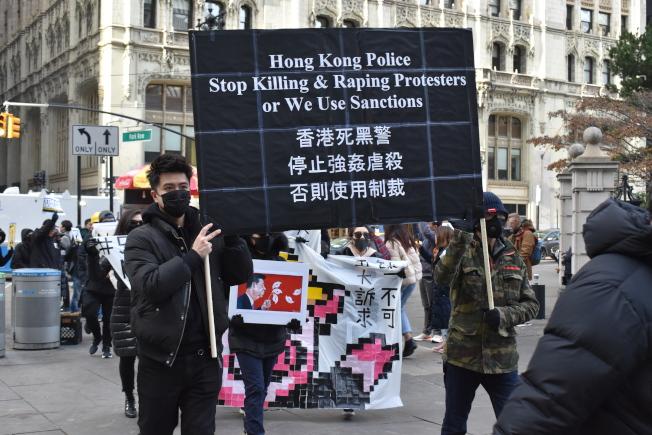 隊伍遊行至紐約市議會前,吸引民眾圍觀。(記者顏嘉瑩/攝影)