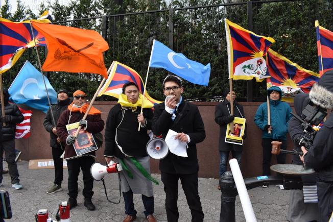 抗議者口述中共迫害周邊國家。(記者顏嘉瑩/攝影)