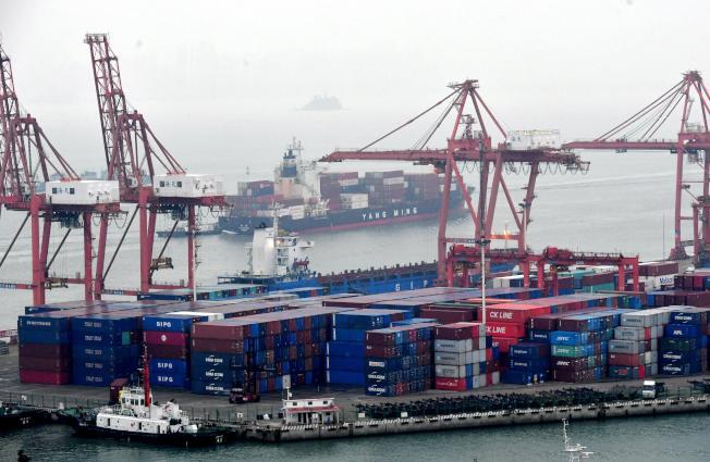 大陸11月進口年增0.3%,優於預期。圖為廈門東渡港。(中新社)