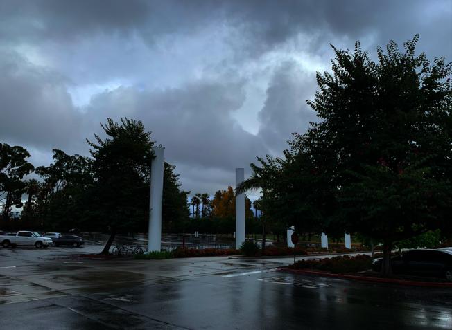 聖蓋博谷地區8日普降陣雨。(記者張越/攝影)