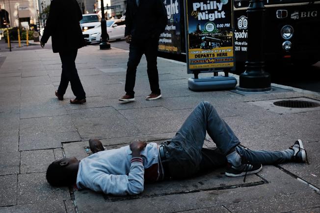 聯邦最高法院大法官已開庭聆審遊民夜宿公共場所是否受到憲法保障。圖為費城一名遊民睡在人行道上。(Getty Images)