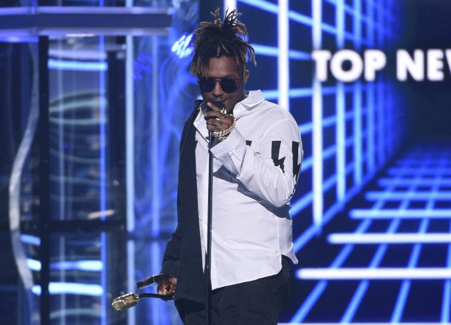 新生代饒舌歌手Juice WRLD 8日在芝加哥中途國際機場(MDW)癲癇發作,送醫不治,年僅21歲。  本名席金斯(Jarad A. Higgins)的Juice WRLD透過音樂平台SoundCloud發跡,去年夏季以「清醒夢」(Lucid Dream)一曲竄紅,簽下唱片合約並與當紅饒舌歌手協力創作,獲頒2019年告示牌音樂獎(Billboard Music Awards)頂尖新人。  當局尚未宣布Juice WRLD的確切死因;多數媒體則報導,Juice WRLD癲癇發作,醫護人員趕到現場時,他的意識清晰但嘴裡大量出血,送醫不治。(圖:美聯社 文:編譯陳韻涵)