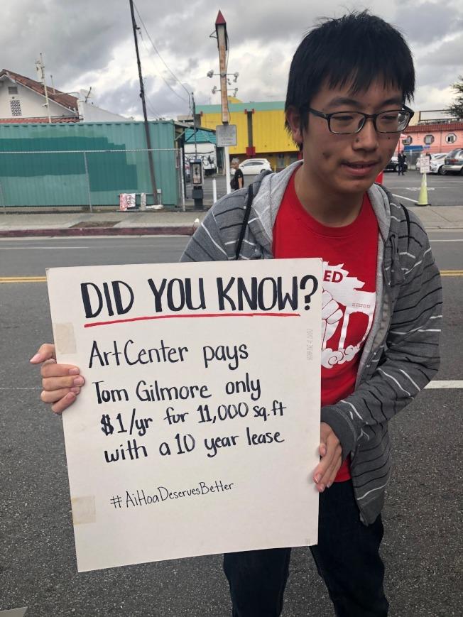 示威抗議民眾質疑房東─地產大亨Tom Gilmore每年僅收取一元租金讓ArtCenter使用其占地1萬1000平方呎的市中心土地,為期十年,為何不讓華埠保有一家超市?(記者胡清揚/攝影)