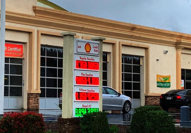 進入冬季,南加汽油依然處於高價狀態。加州州長紐森先前言之鑿鑿,要調查是否煉油廠和石油炒家聯合搞價格壟斷,卻依然沒有下文。(記者張越/攝影)