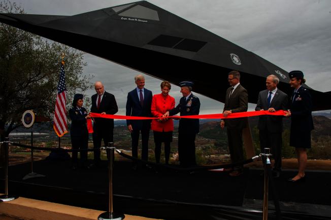 編號803的F-117隱形戰鬥機,7日正式成為雷根圖書館於博物館收藏,向民眾展示。(雷根圖書館提供)