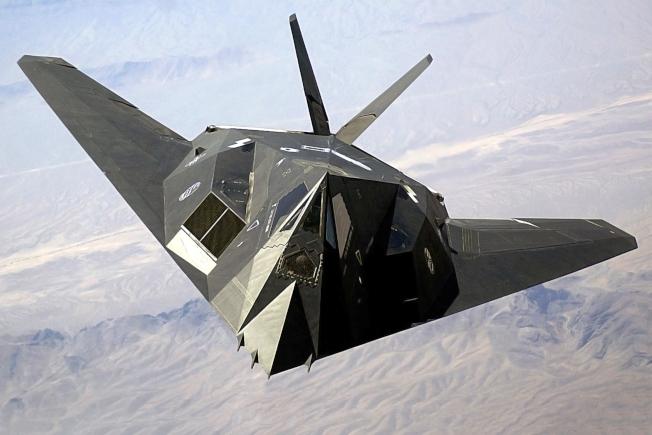 F-117夜鷹隱形戰鬥機,2002年飛過內華達州上空時的檔案照。(美國空軍提供)