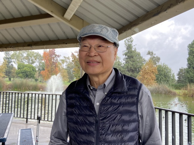 北美台灣人醫師協會總會會長邱俊傑認為,台灣加入國際組織重要性在於暸解國際組織的細節。邱俊傑身為醫師,特地帶上醫用急救包,以防有人在健走過程身體不適。(記者謝雨珊/攝影)