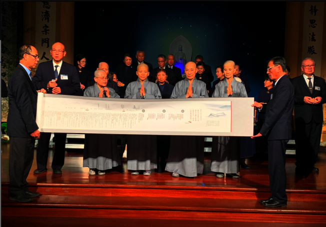 慈濟7日舉辦慶祝在美創會30年晚會。前排左一為首席執行長黃漢魁。(記者張越/攝影)