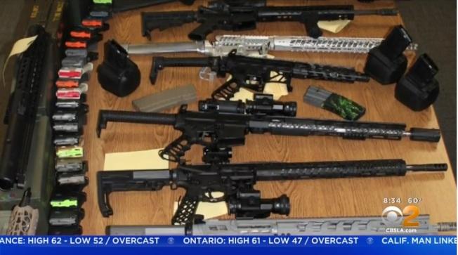 警方在Oleksik家中查獲大批槍枝、噴火器。(CBS)