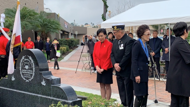 聯邦眾議員趙美心(左)和退伍軍人協會代表Nick Rosa(右)為死難者敬獻花圈。(記者王子銘/攝影)