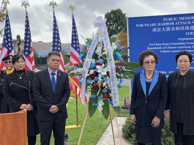 中國駐洛杉磯總領館僑務領事何明(左)和中國大陸僑團巾幗會會長張素久為死難者敬獻花圈。(記者王子銘/攝影)