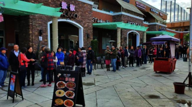 南加州韓國瑜後援會造勢大會兩場賣票情況非常樂觀,目前票數所剩不多,建議尚未購票的僑胞,趕緊致電詢問索票。圖為賣票情況,民眾大排長龍。(本報檔案照)
