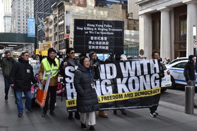 挺港民眾從曼哈頓下城出發,一路遊行至14街。(記者顏嘉瑩/攝影)