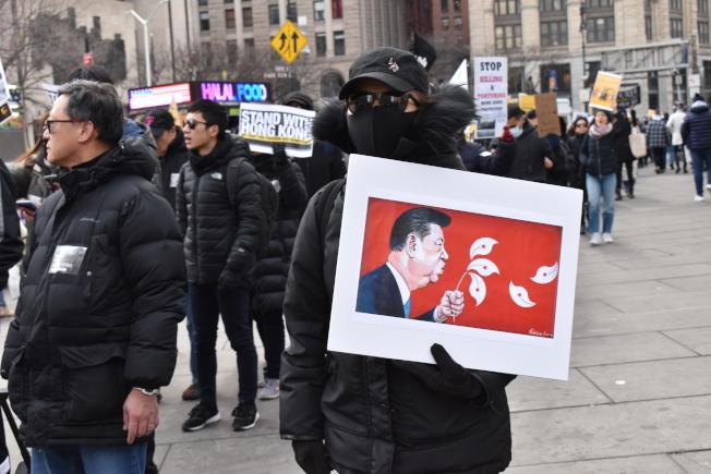 參加者帶著自製的標語和抗議牌子走在遊行隊伍中。(記者顏嘉瑩/攝影)