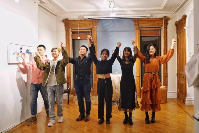 華人演員宋子豪(左起)、蔡沐辰、李泰丞、導演及製作人蘇倩、石尚秋韻及張蕊,參與MSG劇團首場演出。(MSG劇團提供)