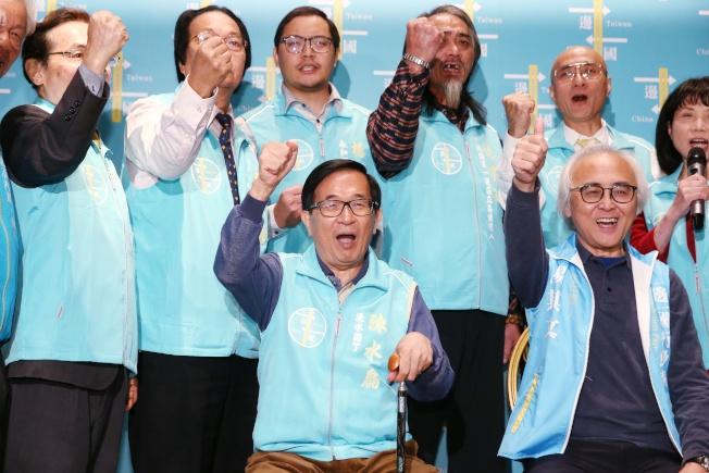 一邊一國行動黨8日舉辦餐會,名列不分區立委參選人的陳水扁(前排左)親自出席。(記者曾原信/攝影)