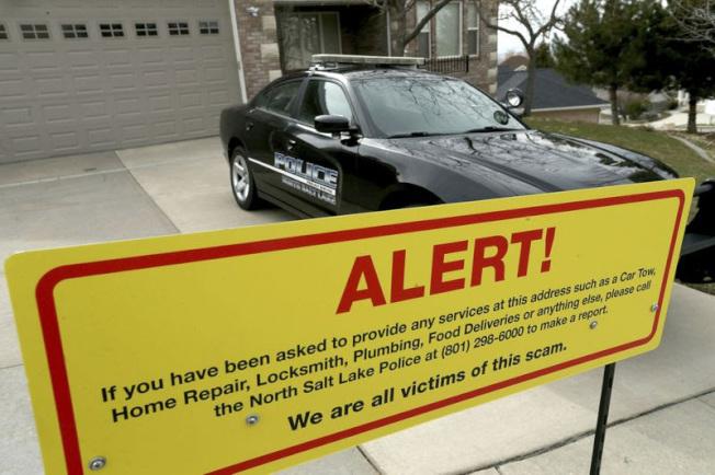 鹽湖城警方為騷擾案四個月出動80次,警方在受害人家門口豎立的告示牌說:「我們都是受害人」。(美聯社)