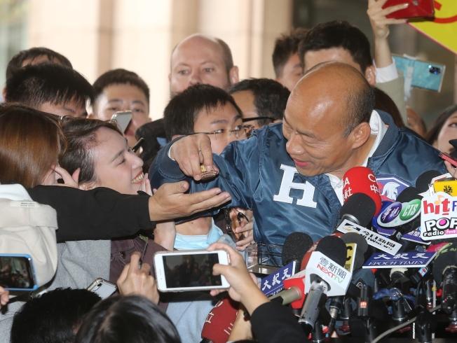 國民黨總統候選人韓國瑜9日上午出席總統、副總統選舉候選人抽籤決定號次,抽中2號後出來發巧克力。(記者季相儒╱攝影)