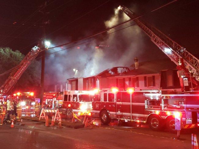 達拉斯西北Chase Place公寓樓群失火,大火在屋頂上擴散。(達拉斯消防隊推特)