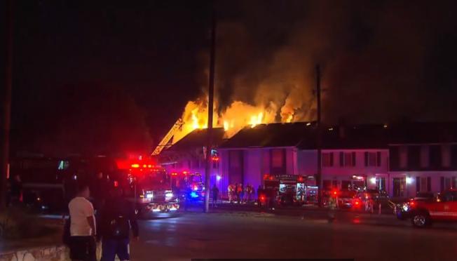 達拉斯西北Chase Place公寓樓群失火,大火在屋頂上擴散。(臉書)