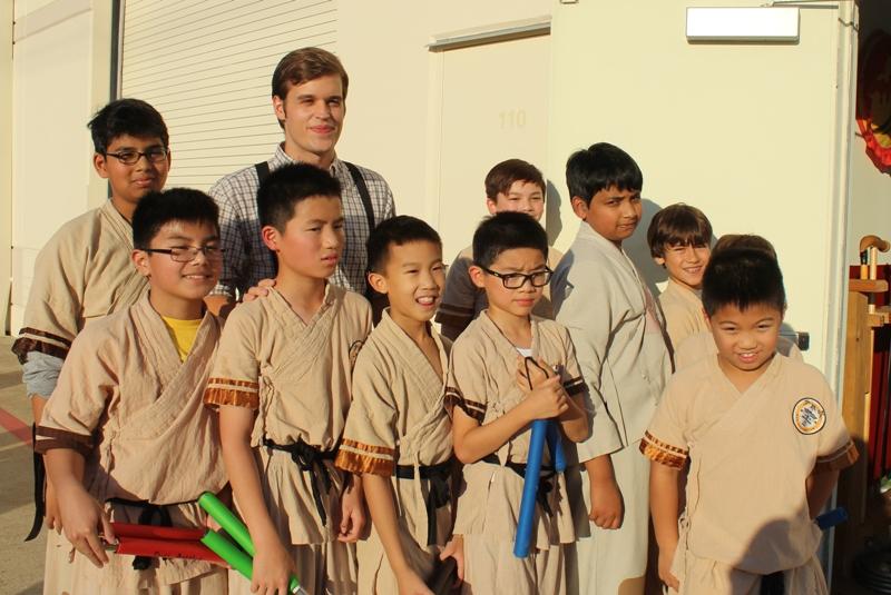 Cameron Carney (後排左二)和所指導的小小少林功夫小子學生合影。(記者盧淑君/攝影)