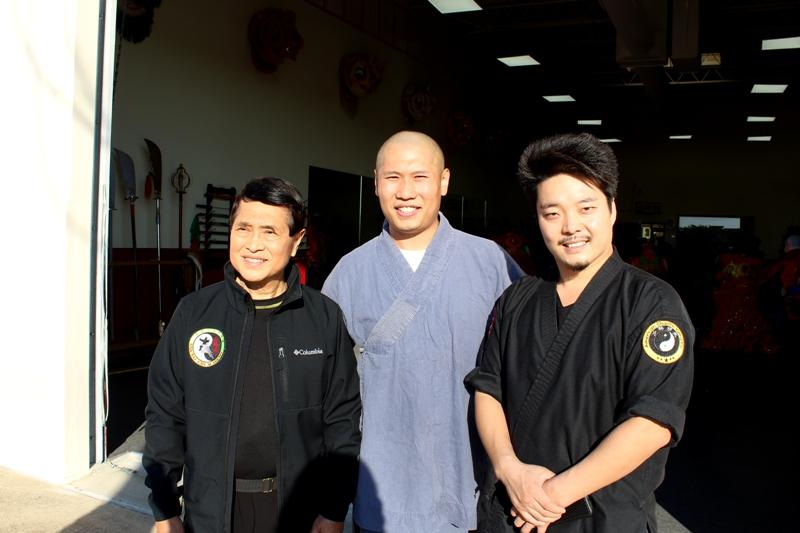 梁志光(左),孫煜超和釋延峰(右)合影。(記者盧淑君/攝影)