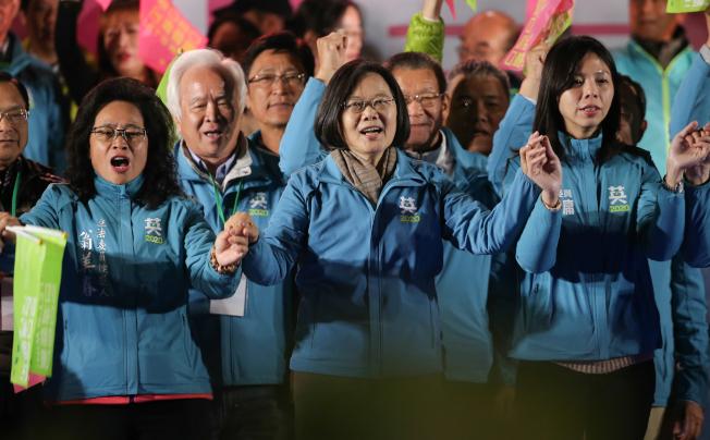 民進黨總統候選人蔡英文(中)8日晚參加台中豐原團結晚會,呼籲民眾再給她四年守護台灣,讓總統勝選、立委過半。(記者黃仲裕/攝影)
