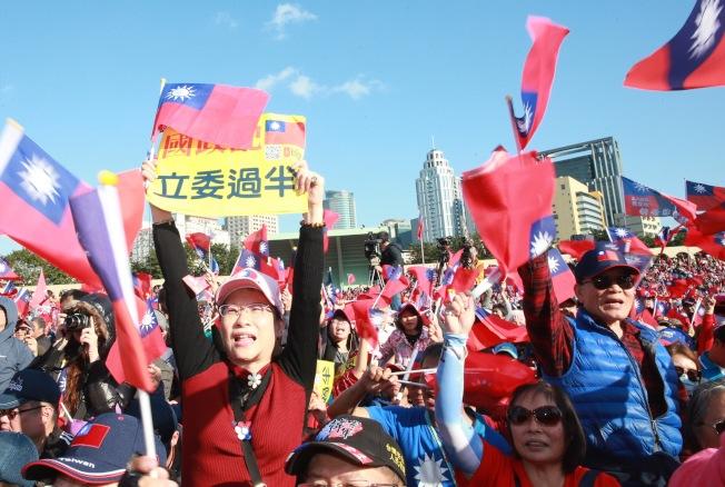 國民黨總統候選人韓國瑜8日在板橋體育館舉行的「新北市聯合競選總部成立大會」造勢,近10萬民眾熱情參與,擠爆體育館。(記者黃義書/攝影 )