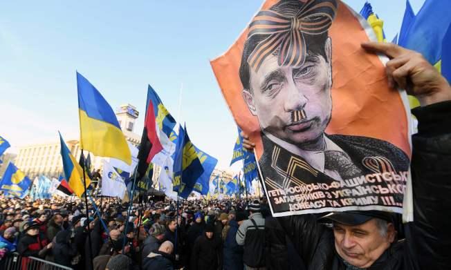 烏克蘭民眾8日在基輔獨立廣場示威,要求烏國總統澤倫斯基不要向普亭「投降」。(Getty Images)