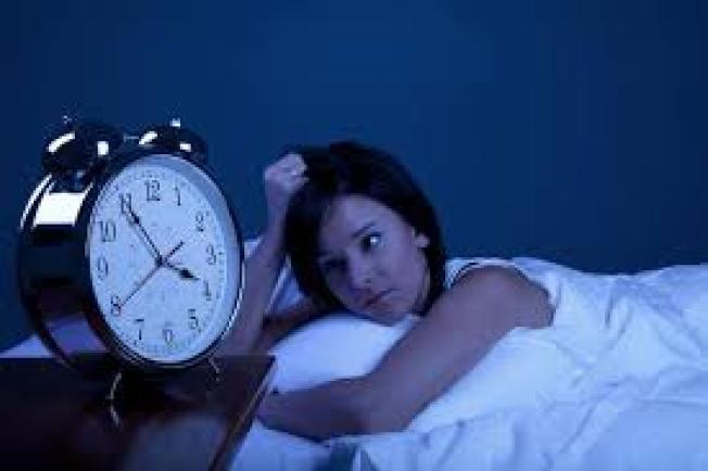 很多人睡覺總在半夜同一時間醒來,原因可能包括失眠、睡眠呼吸中止、憂慮或壓力過大等。(取自臉書)