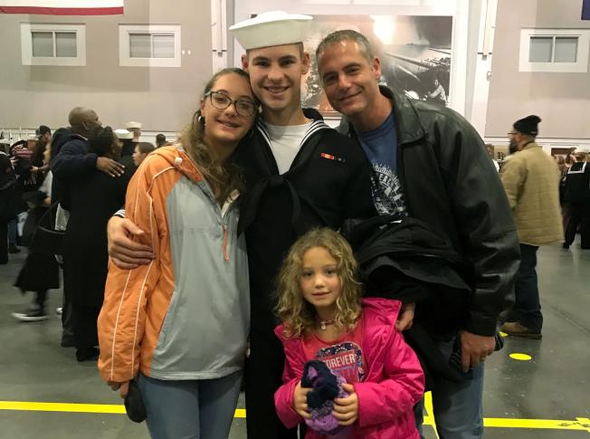 捨身殉難的21歲水兵卡華特斯(中)與父親及姐姐。(美聯社)