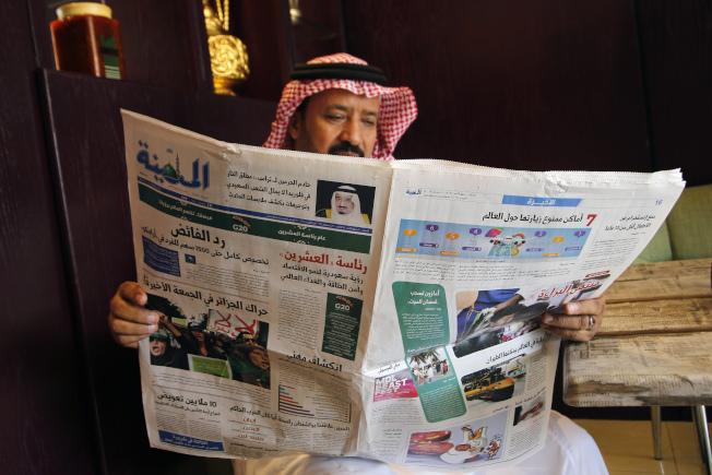 沙烏地阿拉伯空軍學員在美國佛州涉及恐怖恐擊,殺害三名美軍一事,在沙國引起關注。當地媒體「Al-Madina」頭版右上有沙王沙爾曼照片,並稱沙爾曼已告訴川普總統,佛州這件槍擊慘案不能代表沙國人民」。(美聯社)
