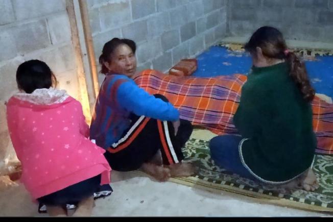 單親爸把毛毯讓給女兒蓋,自己凍死。圖擷自siamrath