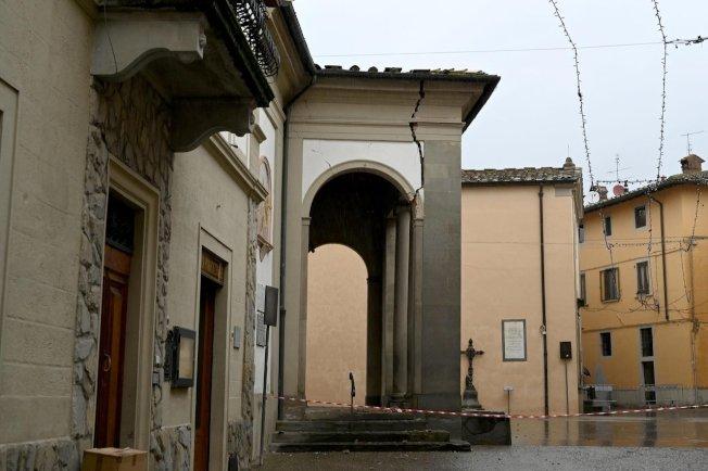 義大利中部托斯卡尼(Tuscany)的穆傑洛(Mugello)地區今天清晨發生規模4.5地震,引發當地居民倉皇逃到街上,但只造成建築物輕微受損。 美聯社