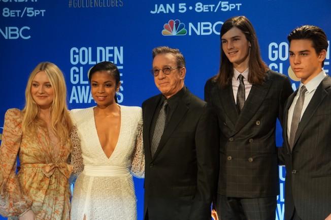 演員達科塔芬妮(Dakota Fanning左起)、蘇珊卡莉奇沃森(Susan Kelechi Watson)、提姆艾倫(Tim Allen)和金球大使皮爾斯布洛斯南兩個英俊的兒子迪倫和派瑞斯布洛斯南(Dylan & Paris Brosnan)出席宣布金球獎提名。(記者馬雲/攝影)