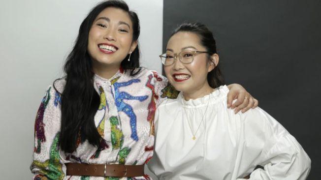 奧卡菲娜在「別告訴她」出演的是華裔導演王子逸(右)本人。(A24圖片)