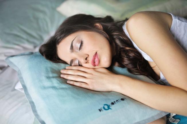 睡眠品質很重要,但記得不要補眠過度。圖/摘自 pexels