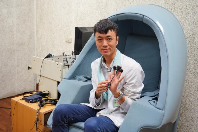 聯新國際醫院心理師曾承翔,說明生理回饋儀 檢測體溫,心跳呼吸、皮膚導電度等功能。圖/聯新國際醫院提供