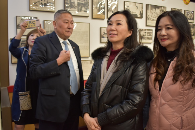 李佳芬(中)在伍銳賢的陪同下參訪中華公所。圖右為議員應曉薇。(記者顏嘉瑩/攝影)
