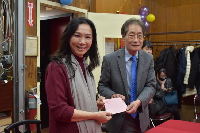 李新民(右)代表李氏總分所將政治獻金捐款拿給李佳芬(右)。(記者顏嘉瑩/攝影)